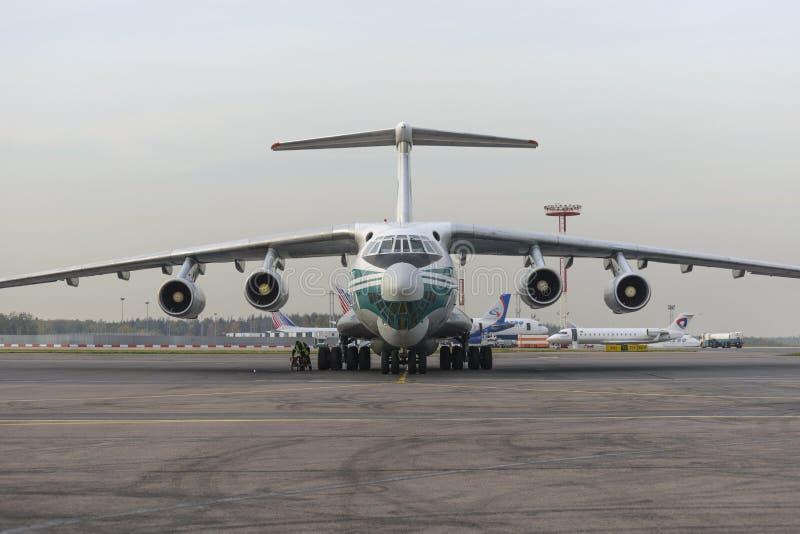 Авиакомпании самолета IL-76TD Alrosa груза стоковые изображения rf