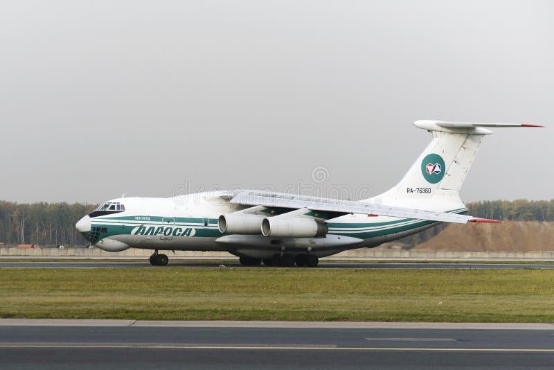 Авиакомпании самолета IL-76TD Alrosa груза стоковые фотографии rf