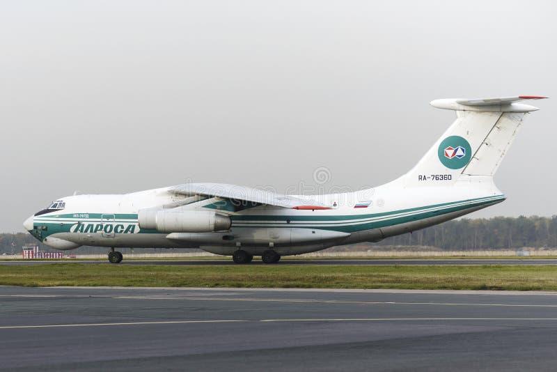 Авиакомпании самолета IL-76TD Alrosa груза стоковые фото