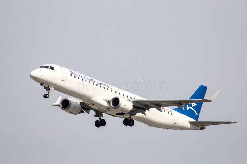 Авиакомпании Embraer ERJ-195LR Черногории стоковые фото