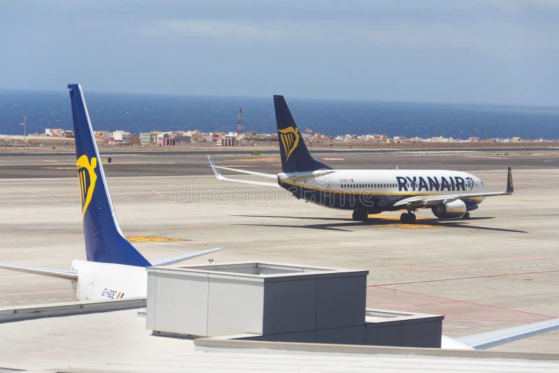 Авиакомпания Боинг 737 Ryanair ирландская недорогая подготавливая для полета на взлетно-посадочную дорожку аэропорта стоковые изображения