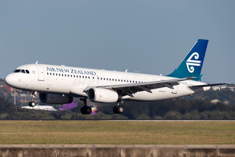 Авиалайнер близнеца аэробуса A320 Air New Zealand engined коммерчески принимая от аэропорта Сиднея стоковое изображение
