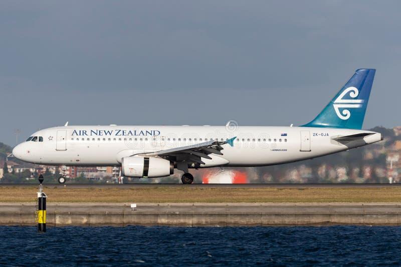 Авиалайнер близнеца аэробуса A320 Air New Zealand engined коммерчески принимая от аэропорта Сиднея стоковое фото rf