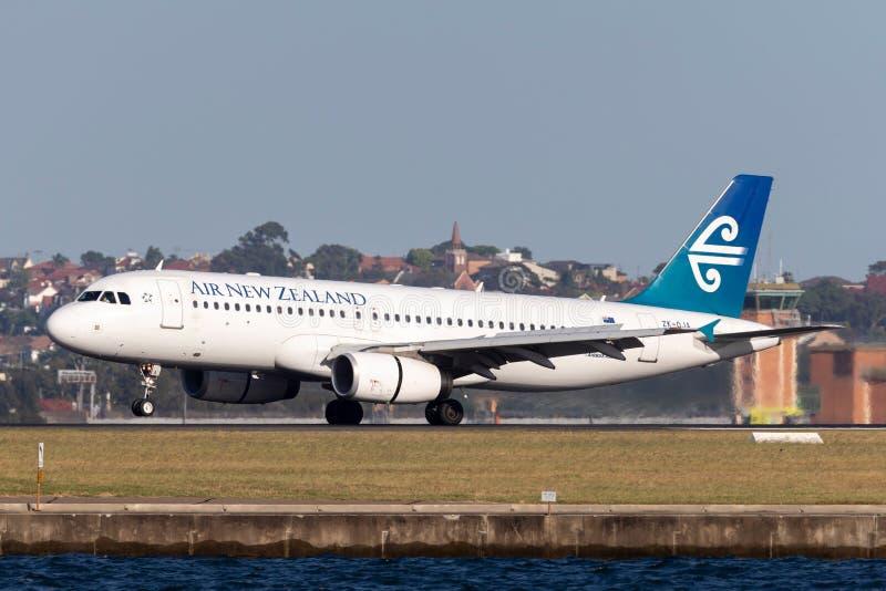 Авиалайнер близнеца аэробуса A320 Air New Zealand engined коммерчески принимая от аэропорта Сиднея стоковая фотография