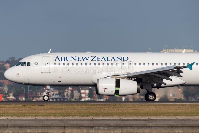 Авиалайнер близнеца аэробуса A320 Air New Zealand engined коммерчески принимая от аэропорта Сиднея стоковые фотографии rf