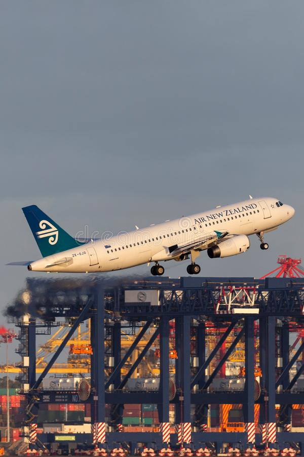 Авиалайнер близнеца аэробуса A320 Air New Zealand engined коммерчески принимая от аэропорта Сиднея стоковые изображения