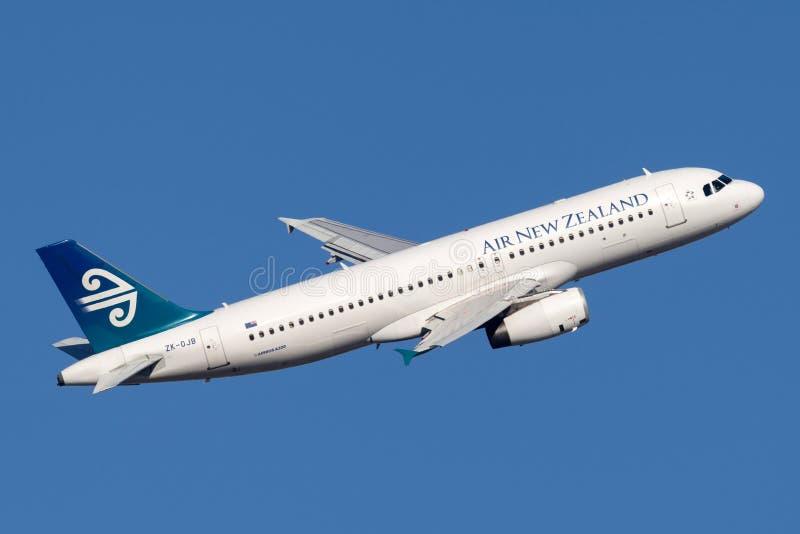 Авиалайнер близнеца аэробуса A320 Air New Zealand engined коммерчески принимая от аэропорта Сиднея стоковое фото