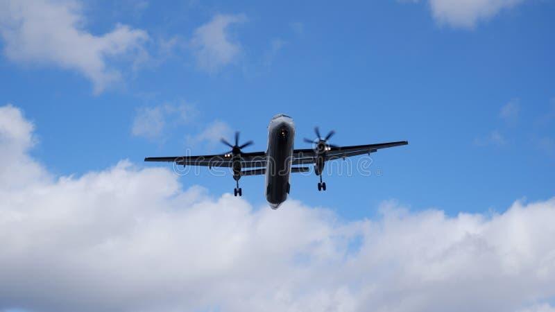 Авиалайнер двигателя пропеллера под облаком стоковое фото