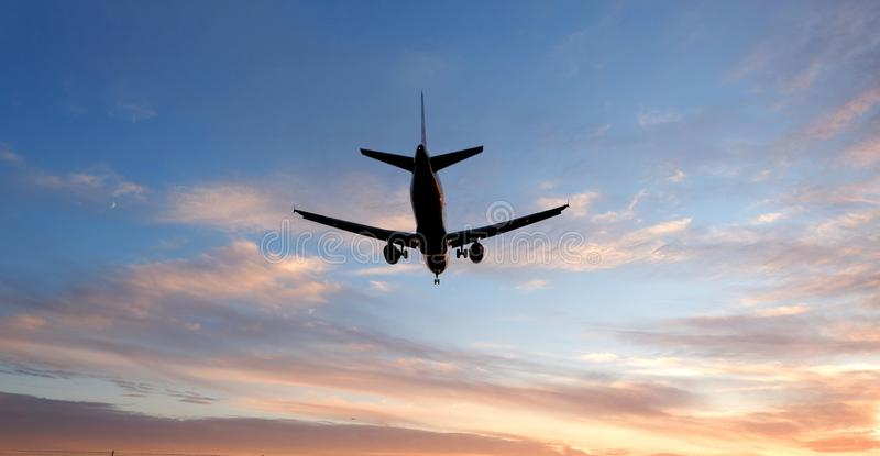Авиалайнер под облаком стоковая фотография rf