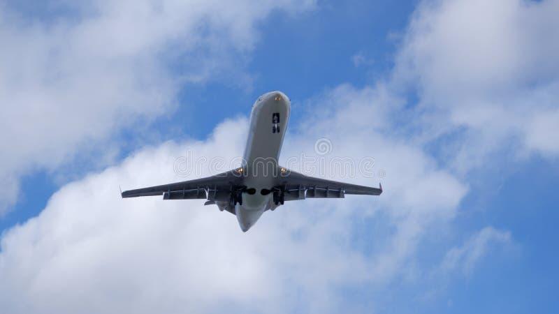 Авиалайнер под облаком стоковое фото rf