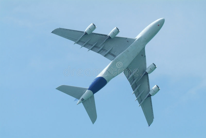 авиалайнер под телом широко стоковые изображения rf