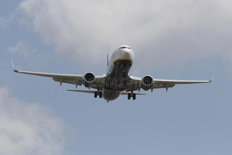 Авиалайнер Ryanair причаливая для того чтобы приземлиться в авиапорт Palma de Mallorca стоковое фото