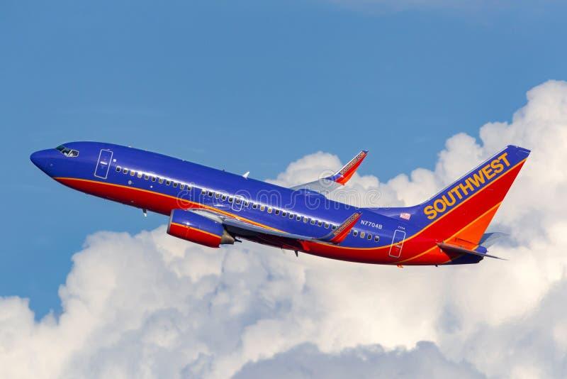 Авиалайнер Southwest Airlines Боинга 737 летая снова заволакивает отклонение after5 от международного аэропорта McCarran в Лас-Ве стоковое изображение