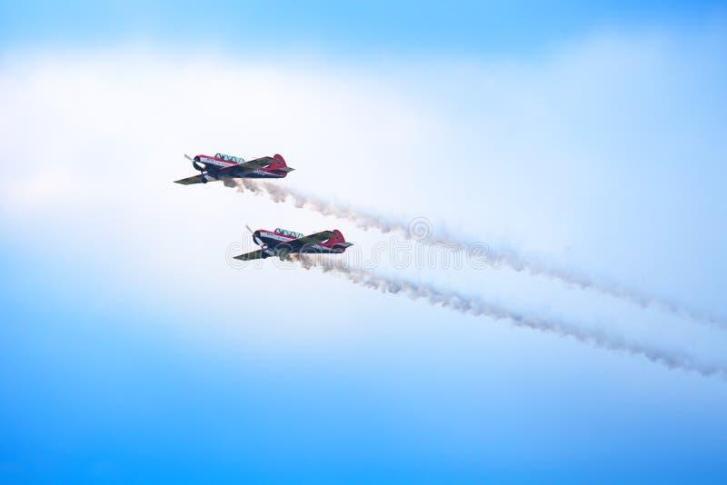 """Авиаполе Mochishche, местный авиасалон, летание 2 воздушных судн Yak-52 совместно, пилотажная команда """"открытое небо """", Barnaul,  стоковые фотографии rf"""