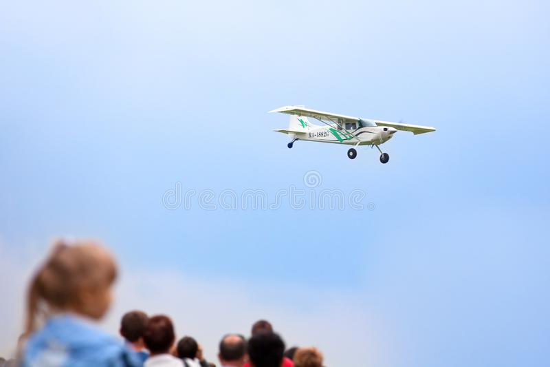 Авиаполе Mochishche, местный авиасалон, самолет тундры во взлет категории небе, воздушных судн STOL короткие и посадка и люди стоковые фотографии rf
