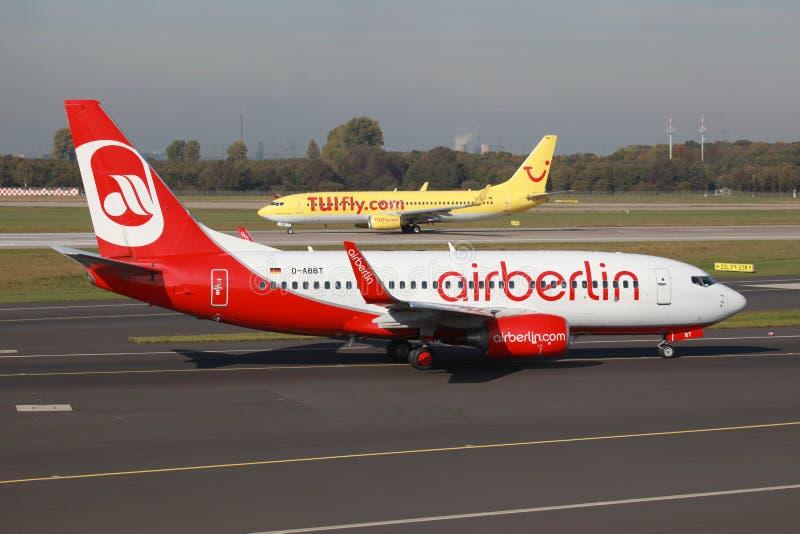 Авиапорт Дюссельдорфа самолетов Air Berlin и TUIfly Боинга 737 стоковые изображения rf
