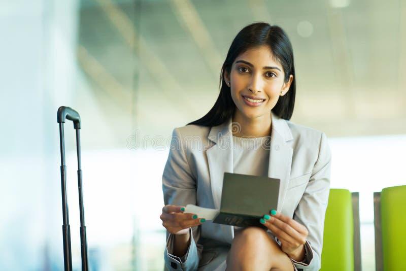 Авиапорт индийской женщины сидя стоковые изображения