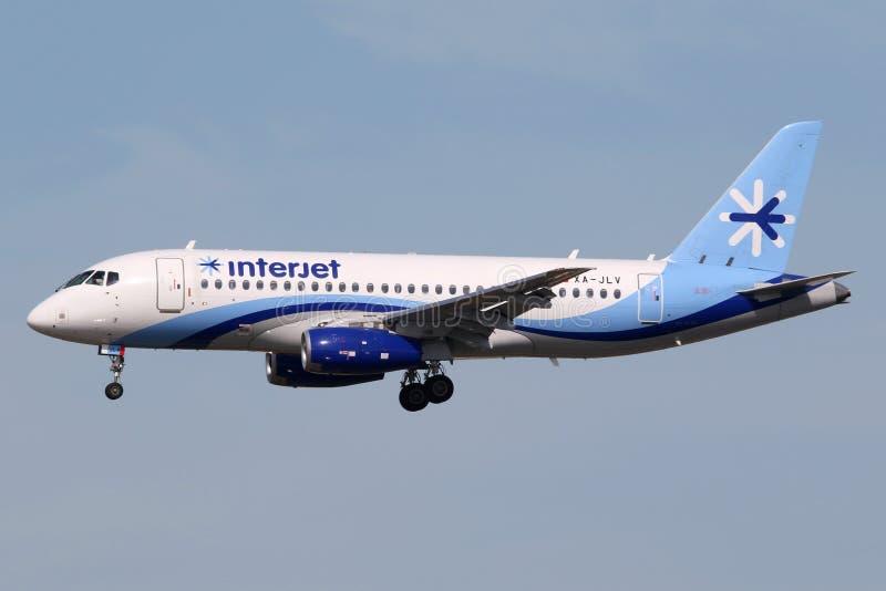 Авиапорт Майами самолета Супер-джета 100 Interjet Sukhoi стоковые фото