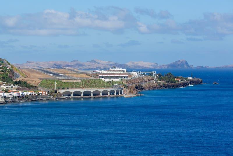 Авиапорт Мадейра Фуншала вида с воздуха увиденная от моря стоковая фотография rf