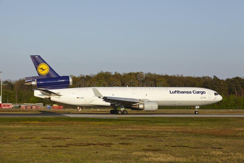 Авиапорт Франкфурта - MD-11 груза Люфтганзы принимает  стоковые фотографии rf