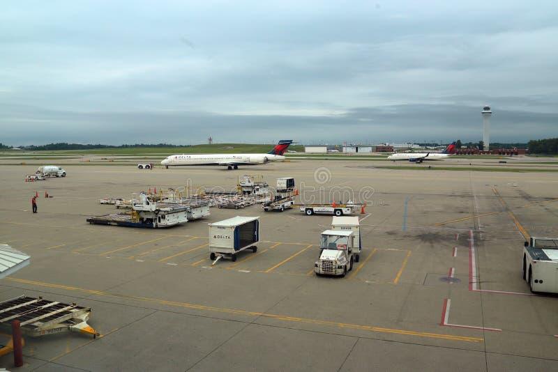 Авиапорт Цинциннати, OH с самолетами башни и перепада стоковая фотография