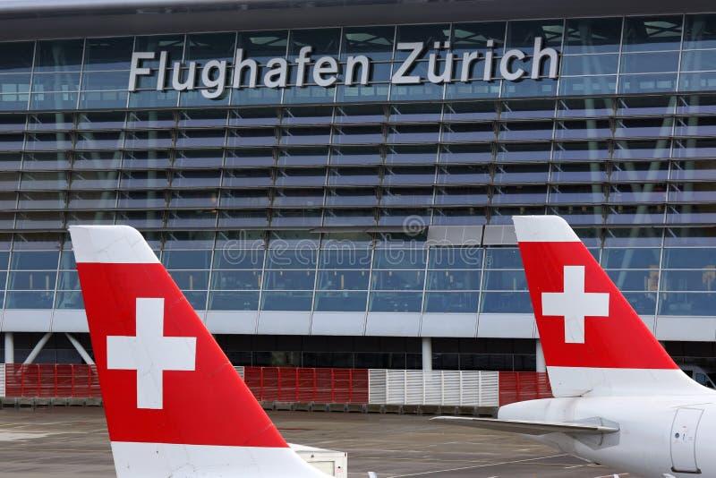 Авиапорт Цюриха с швейцарскими самолетами авиалиний стоковое фото rf