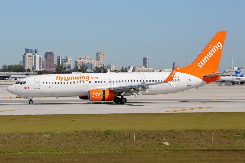 Авиапорт Fort Lauderdale самолета Боинга 737-800 авиакомпаний Sunwing стоковые фото