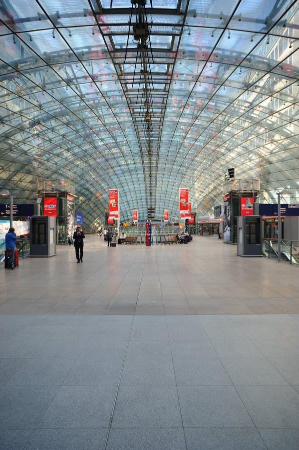 авиапорт frankfurt внутри поезда станции стоковые фотографии rf