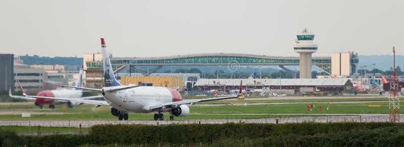 АВИАПОРТ GATWICK, †«30-ое августа 2018 АНГЛИИ, Великобритании: Норвежские самолеты авиакомпаний подготавливают принять от авиап стоковые изображения