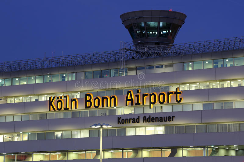 Авиапорт Köln Кёльна Бонна стержня 1 с башней стоковая фотография rf
