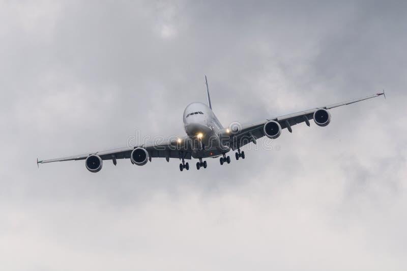 Авиалайнер пассажира в плохой погоде стоковые фото