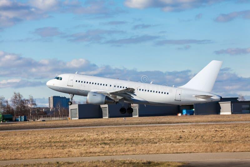 Авиалайнер пассажира принимая на авиапорт стоковые фотографии rf