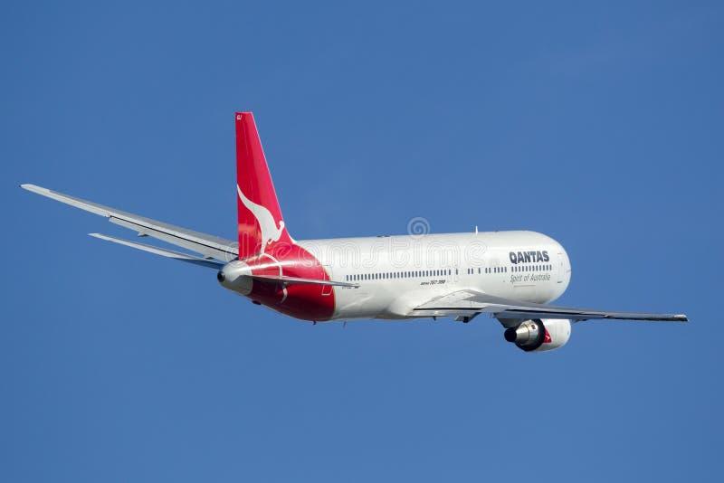 Авиалайнер Qantas Боинга 767 принимая от авиапорта Сиднея стоковая фотография