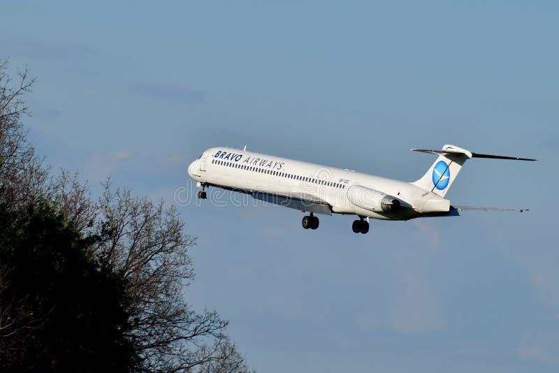 Авиалинии McDonnell Douglas MD-83 браво стоковые изображения rf