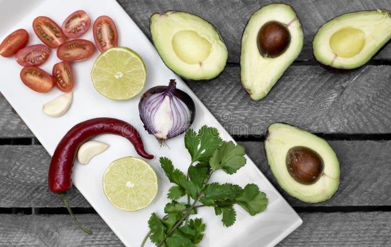 Авокадо, лук, tomaten, chili, ингредиенты для guacomole стоковые изображения rf