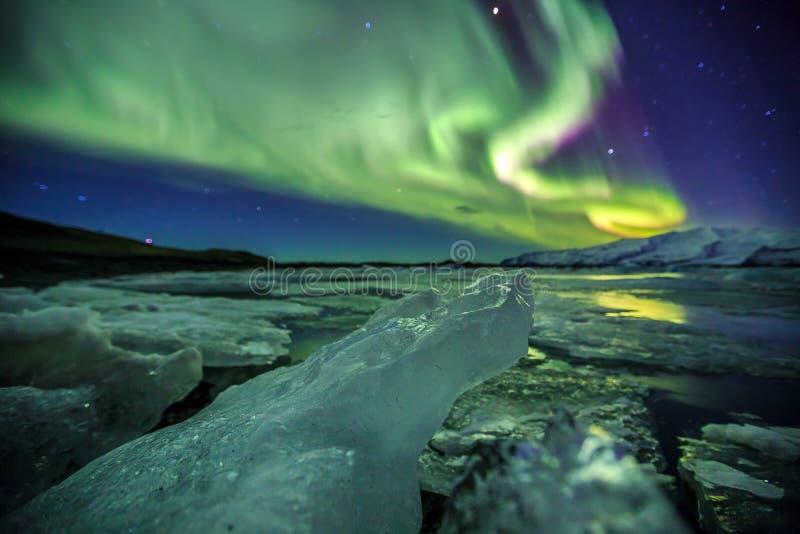 Авроральный над лагуной Jokulsarlon ледника в Исландии стоковые изображения rf