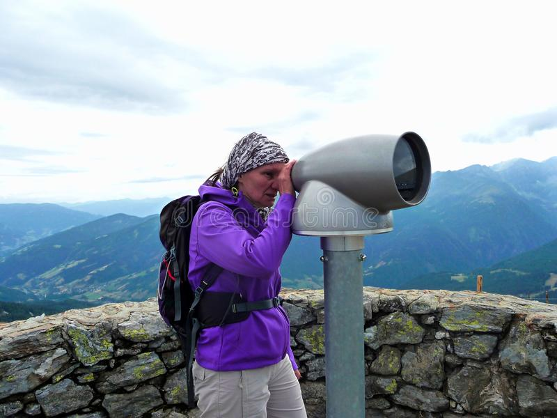 Австралии alpines Пункт замечания телескоп Девушка смотрит через телескоп стоковые фотографии rf