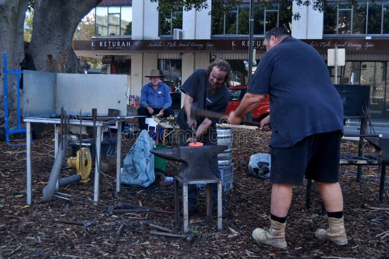 Австралийская ударенная работа людей кузнеца утюгу для выставки в Перте, Австралии стоковые фотографии rf