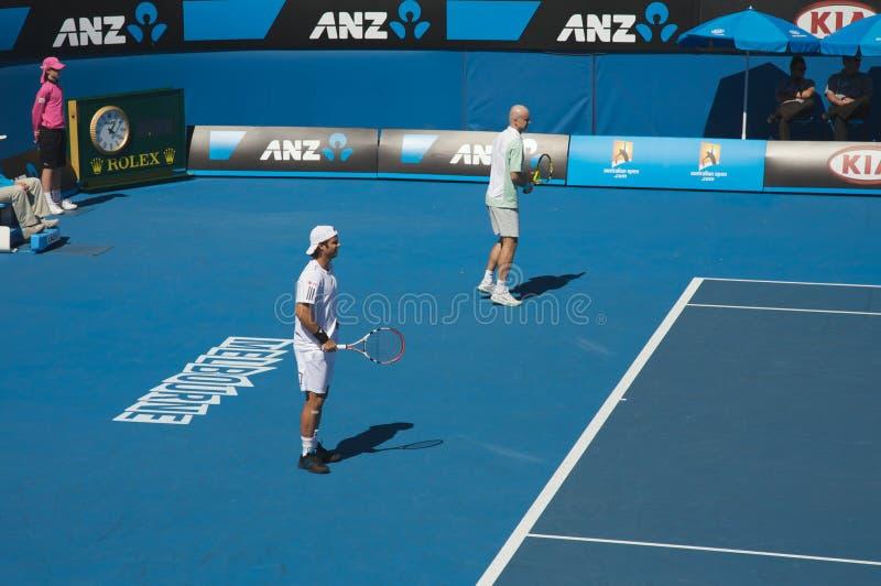 австралийские двойники раскрывают теннис стоковые фотографии rf