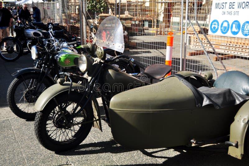 Австралийские люди соединяя с классическим ретро фестивалем мотоцикла и автомобиля стоковое изображение
