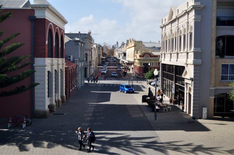 Австралийские путешественники людей и иностранца идя на главную улицу стоковые изображения