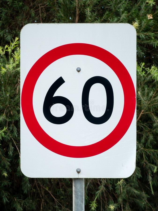 Австралийский дорожный знак скорости для 60 km/h против зеленых листьев стоковое фото