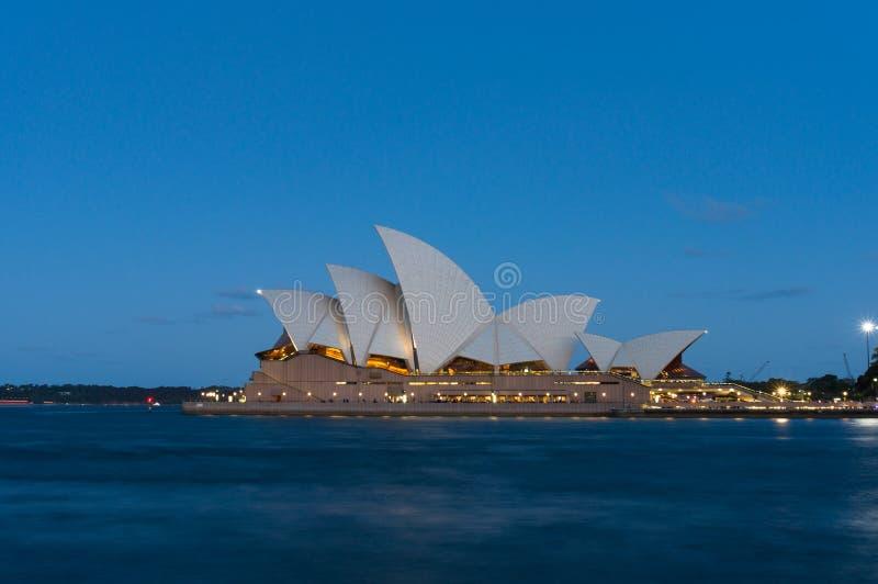Австралийский иконический оперный театр Сиднея ориентира на голубом часе стоковое изображение rf