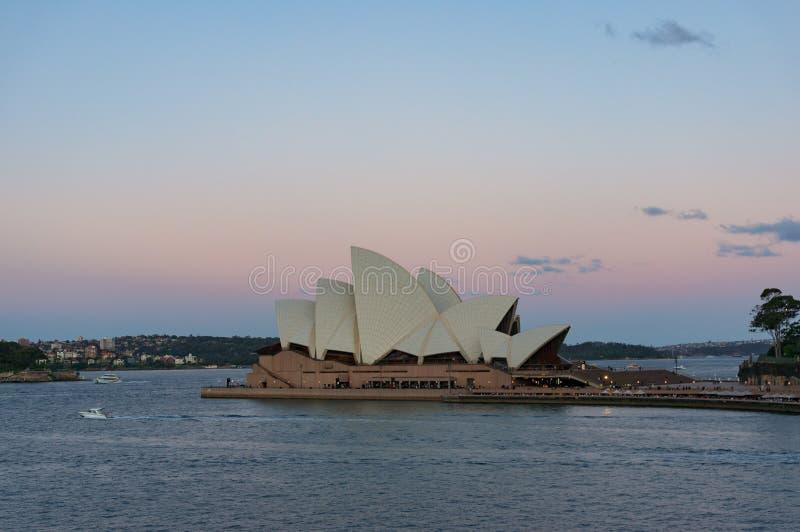 Австралийский иконический оперный театр Сиднея ориентира на заходе солнца стоковое фото