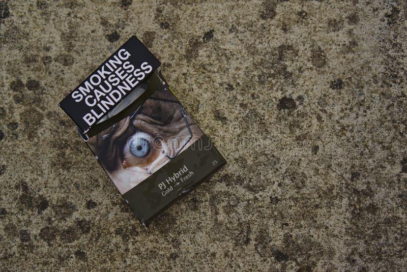 Австралийское курение пакета сигареты причиняет слепоту стоковое фото rf
