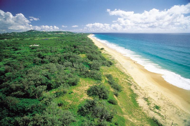 Австралия: Вид с воздуха пляжа Marcoola на побережье солнечности стоковое фото rf