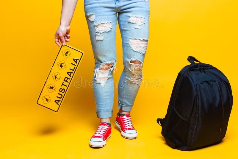 Австралия: молодой турист с местным дорожным знаком стоковые изображения