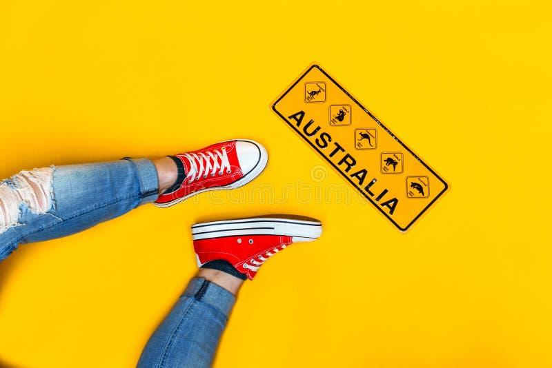 Австралия: странный местный дорожный знак животных стоковые фотографии rf