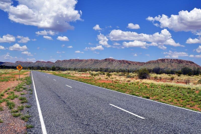 Австралия, NT, привод Larapinta вдоль ряда McDonnell стоковые изображения rf