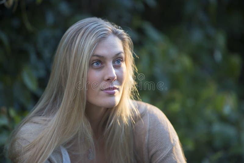 Австралийская красота с длинными светлыми волосами стоковая фотография rf